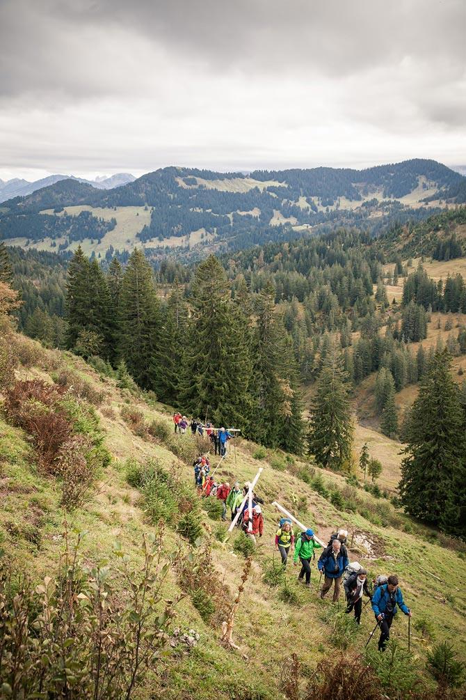 Gipfelkreuz – Die Wandergruppe steigt auf den Tennenmooskopf