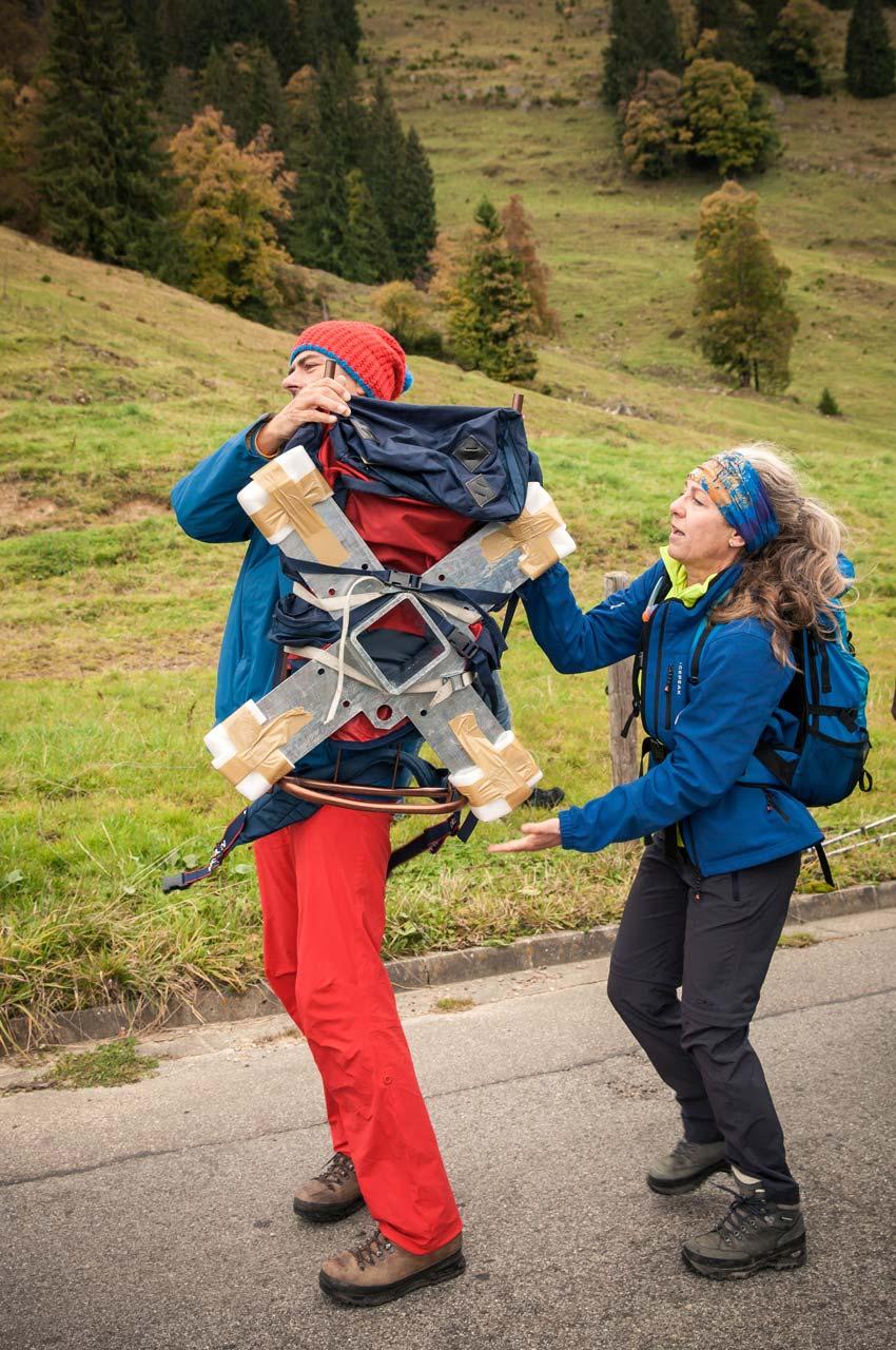 Gipfelkreuz am Tennenmooskopf: Die Teile werden zu Fuß auf den Berg gebracht
