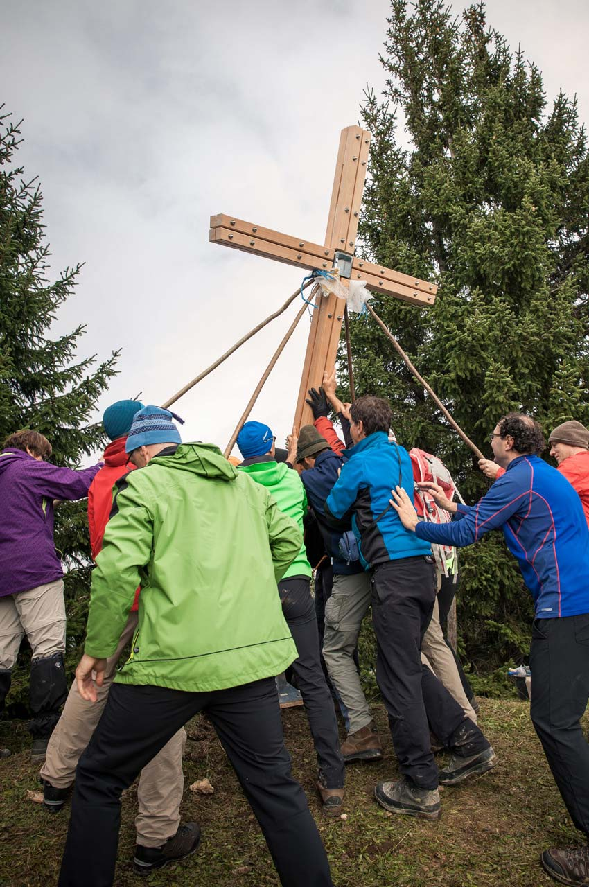 Gipfelkreuz am Tennenmooskopf: Das Kreuz wird aufgestellt