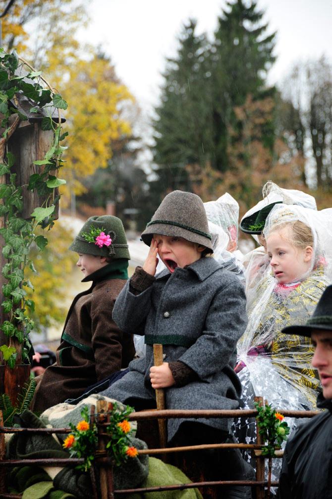 Leonhardifahrt – Kinder sitzen in einer Kutsche