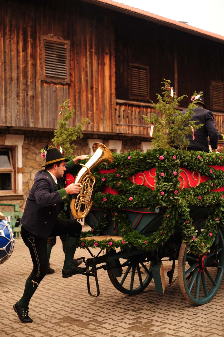 leonhardifahrt bad toelz musikanten 850x1275 1