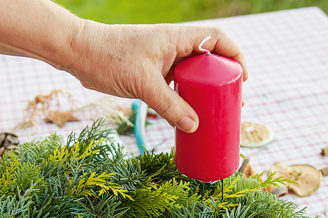 Für einen sicheren Stand die Kerzen gut andrücken