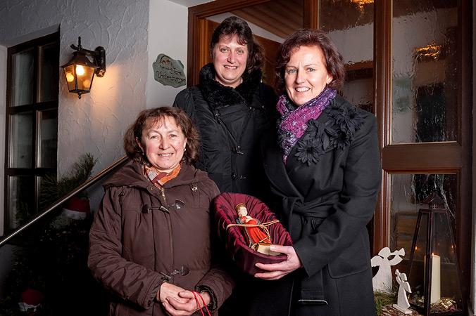 Angela Unterburger und ihre Bekannten mit der Statue Muttergottes