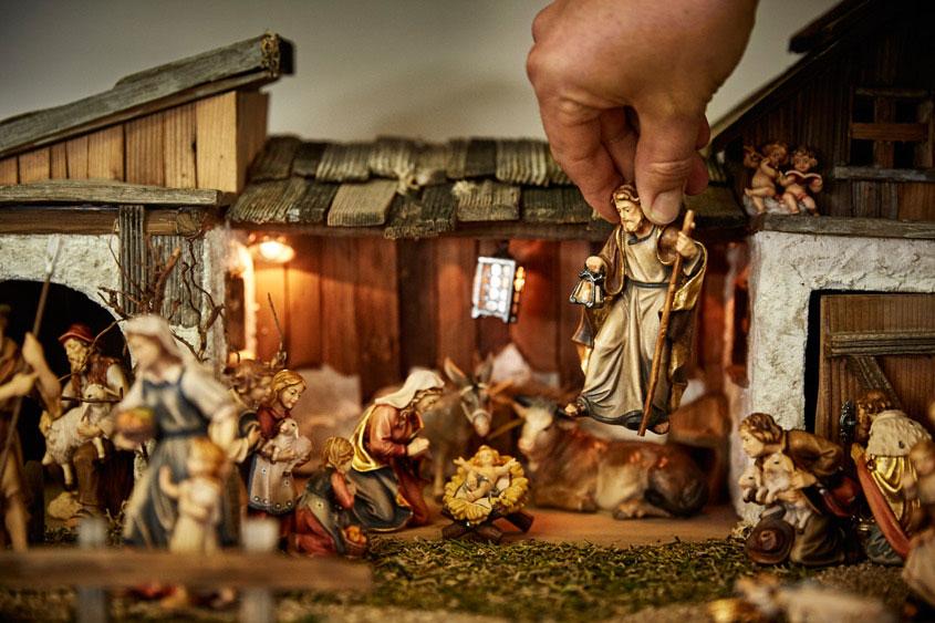 Krippenbauer setzt Josef in die Szene ein