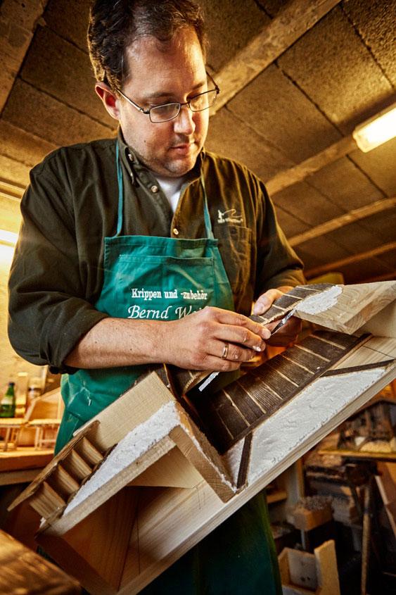 Bernd Weiß beim Zusammenbau des Krippenhauses