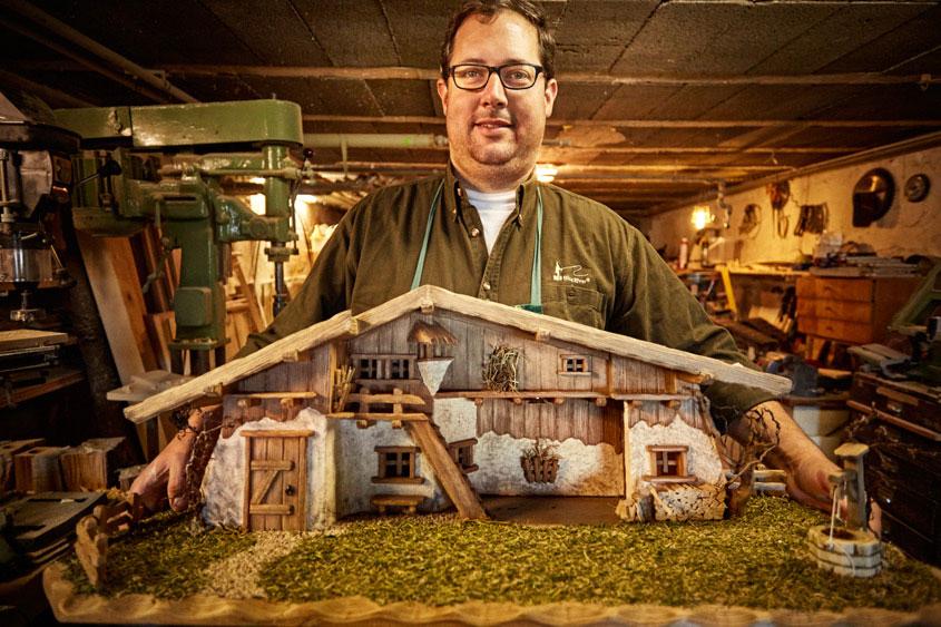 Bernhard Weiß zeigt seine fertig gebaute Krippe
