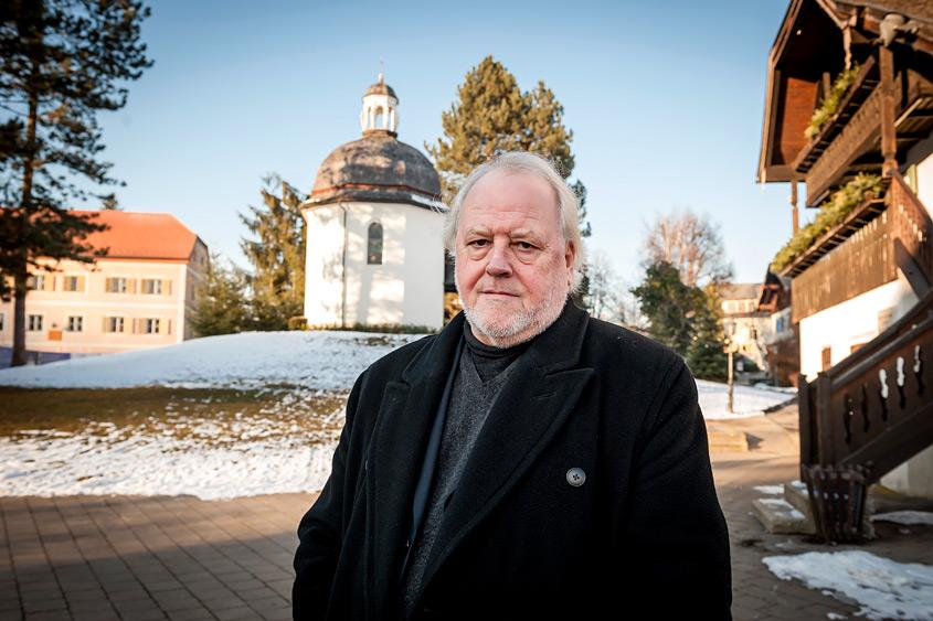 Josef A. Standl vor einer Kirche