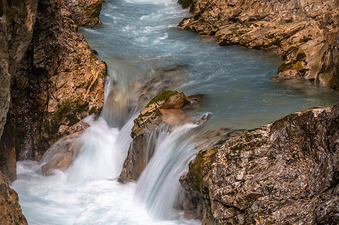 Wasser fließt in der Leutaschklamm über Steine