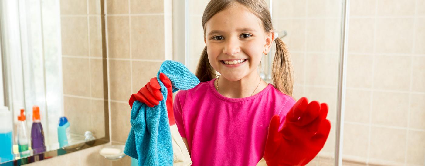Kind beim Frühjahrsputz im Badezimmer