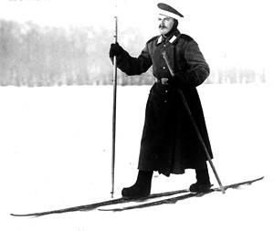 Mann läuft mit Skiern durch Schnee