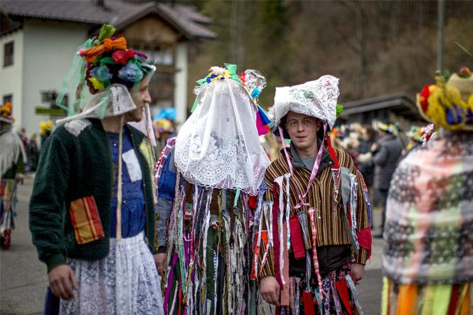 Fetzenfasching Ebensee - Fetzen mit Vorhang vor dem Gesicht