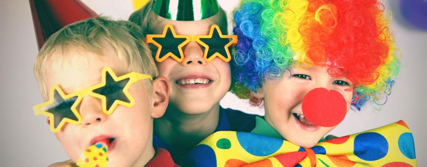 Kinder in kunterbunten Kostümen