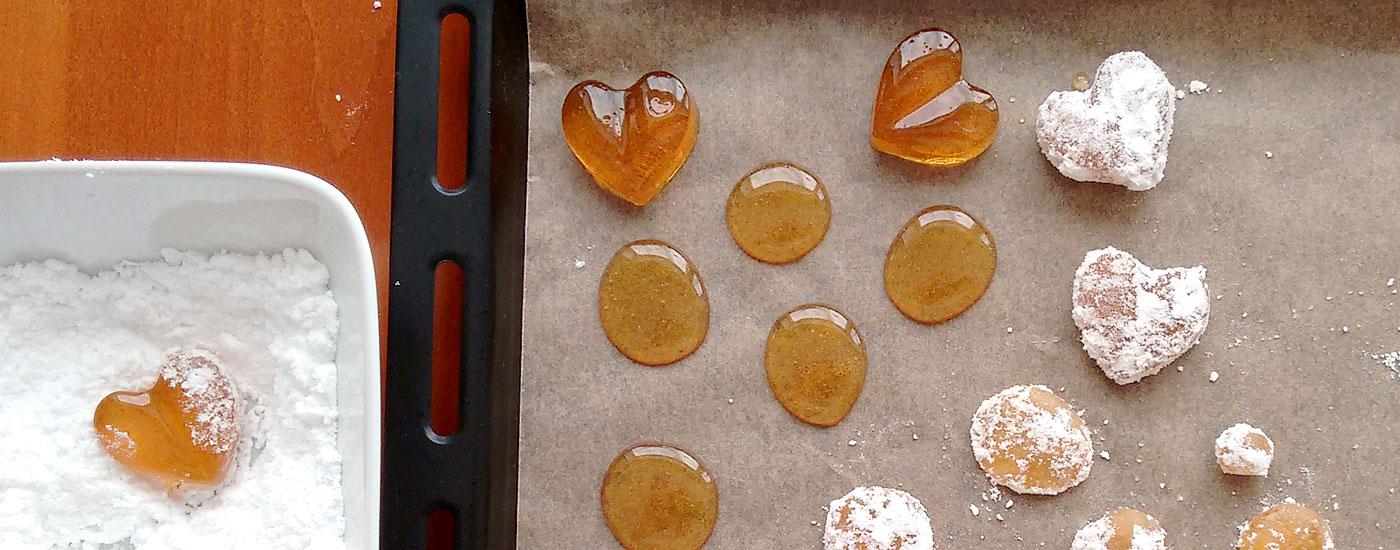 Hustenbonbons selber machen: Fertige Bonbons in einer Schale