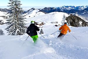 Skifahrer fahren die Piste herunter
