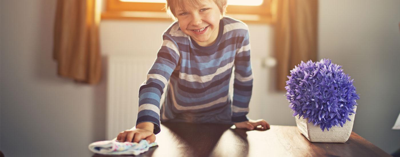 Frühjahrsputz Teil 3: Wohnräume - Junge putzt Holztisch