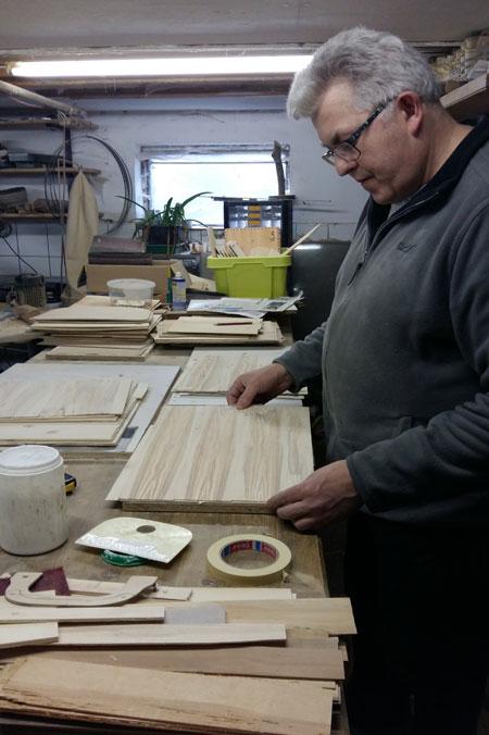 Handtaschen aus Holz: Gerhard Hackl beim Leimen