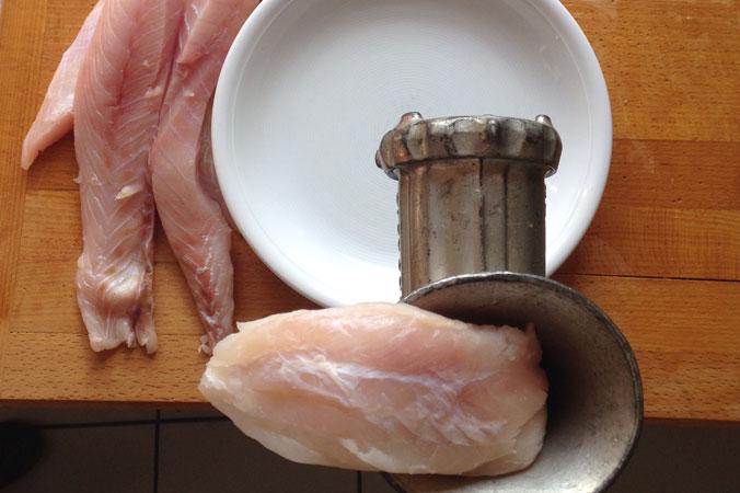 Fischwürste – Fisch, Semmel und Zwiebel durch den Fleischwolf