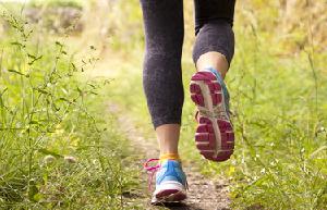 Kalorien verbrennen – Joggerin im Gras