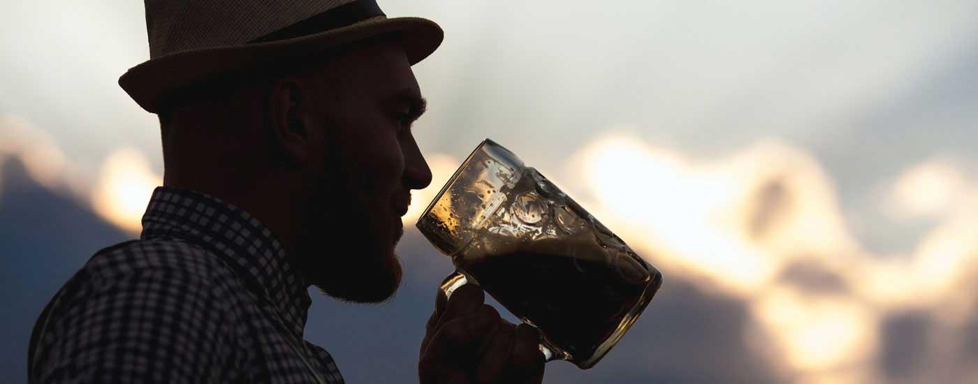 Josefitag - Der Josef genießt an seinem Ehrentag eine Maß Bier