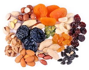 Müsliriegel selber machen: Verschiedene Nüsse und getrocknete Früchte