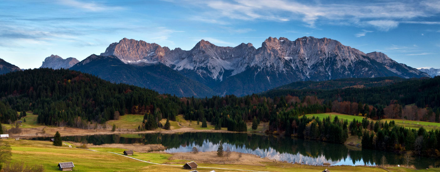Almwiese und Bergsee vor dem Panorama des Karwendels