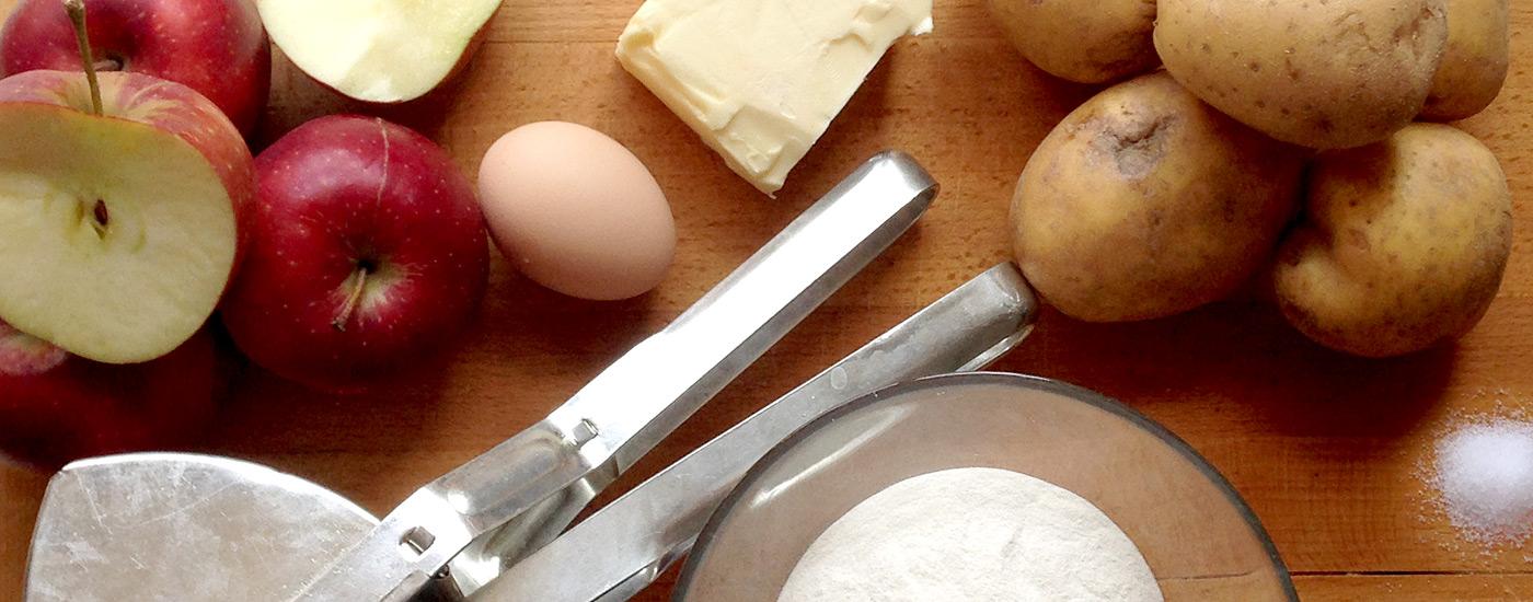 Apfelmaultaschen – Zutaten für Apfelmaultaschen auf einem Brett