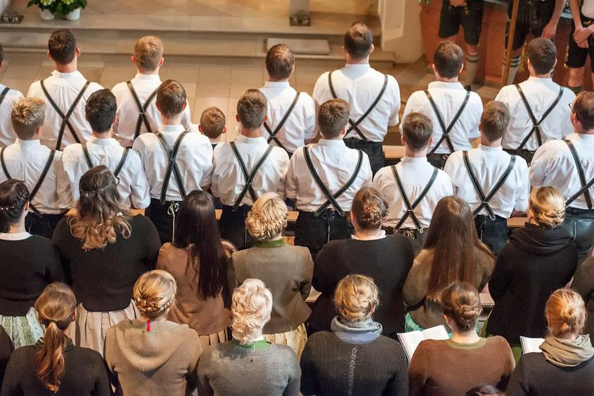 Viele Menschen in einer Kirche beim Gottesdienst in Egmating