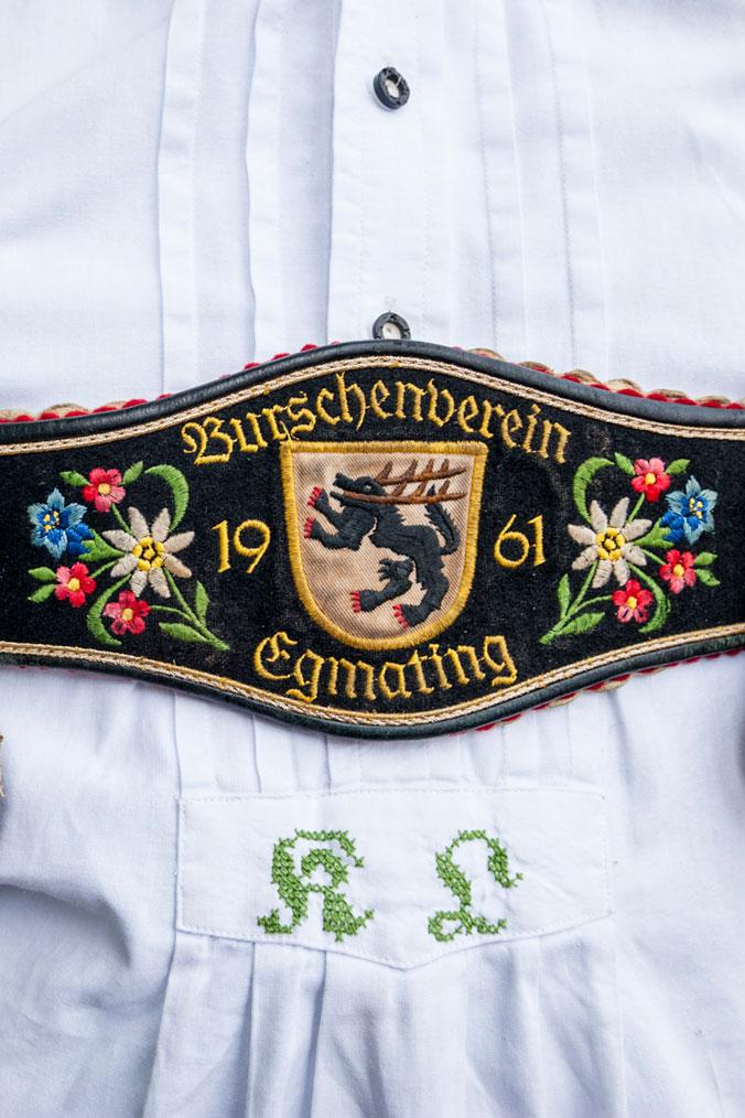 Eine mit Stickereien verzierte Lederhose