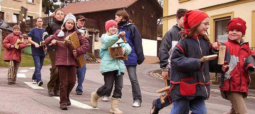 Osterbräuche im Alpenland – Karfreitagsratschen
