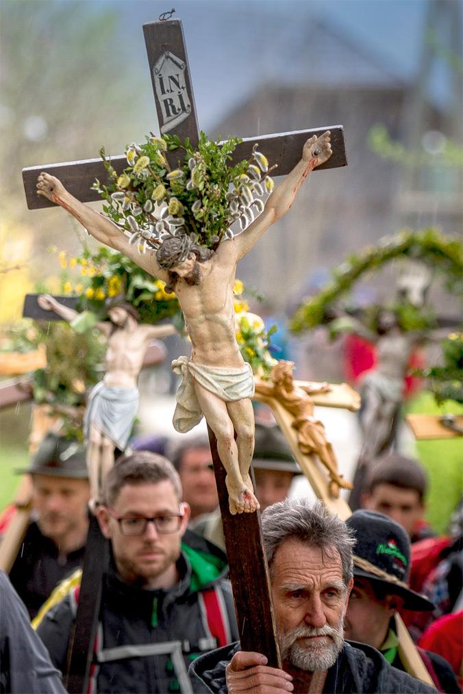 Vierbergelauf – ein geschmücktes Kreuz wird getragen