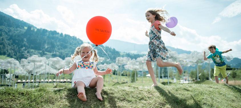 Zwei Kinder spielen mit Luftballons in den Swarovski Kristallwelten