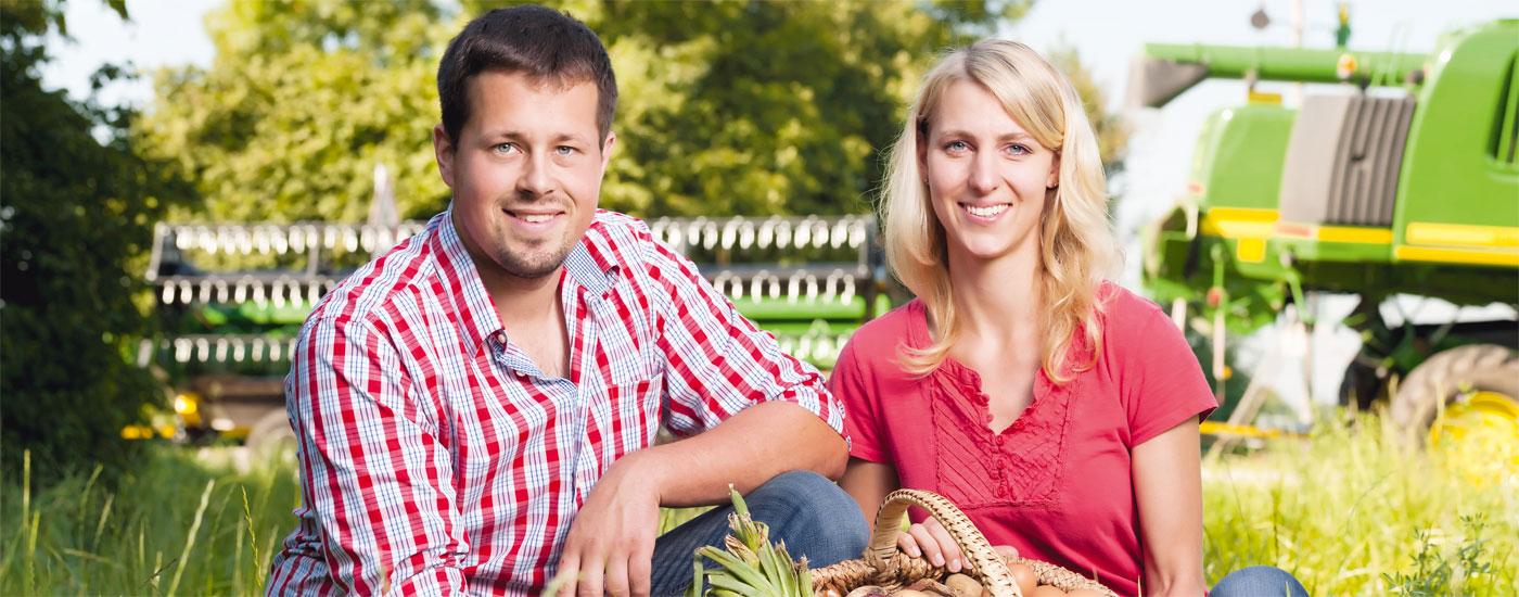 Die Biobauern Katharina und Georg Hirschvogel sitzen in einer Wiese
