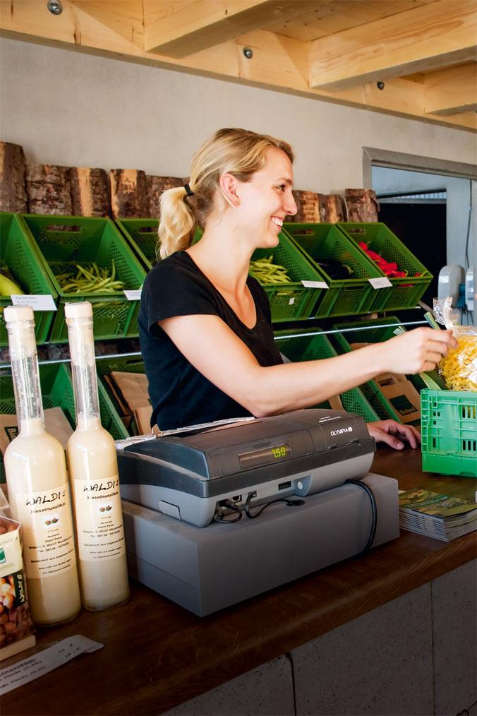 Katharina Hirschvogel beim Verkauf in ihrem Hofladen