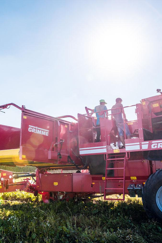 Eine moderne Erntemaschine fährt übers Feld