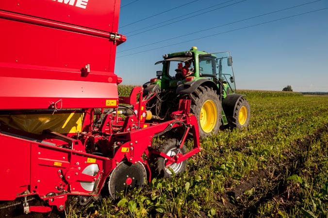 Ein Hightech-Traktor fährt über das Feld