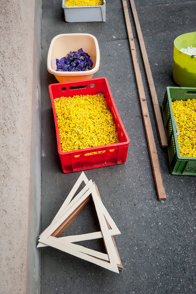 Körbe mit Blumen und Schablonen für die Blumenteppiche