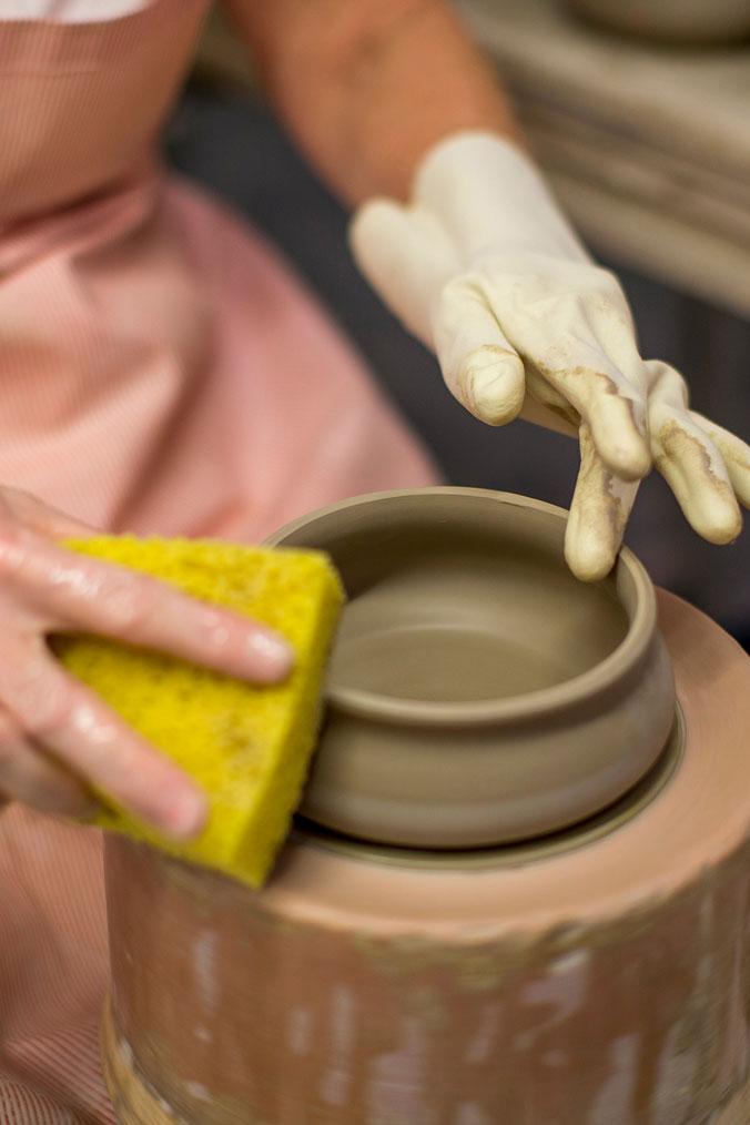 In der Retusche werden die Gefäße vorsichtig gesäubert