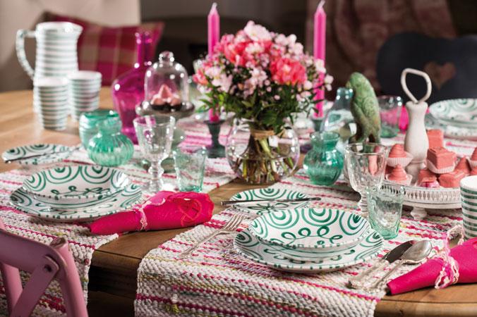 Ein Tisch, gedeckt mit grüngeflammten Geschirr von Gmundner