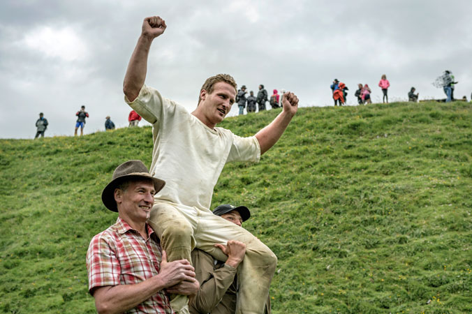 Hundstoa-Ranggeln – Der Sieger Christoph Mayer jubelt