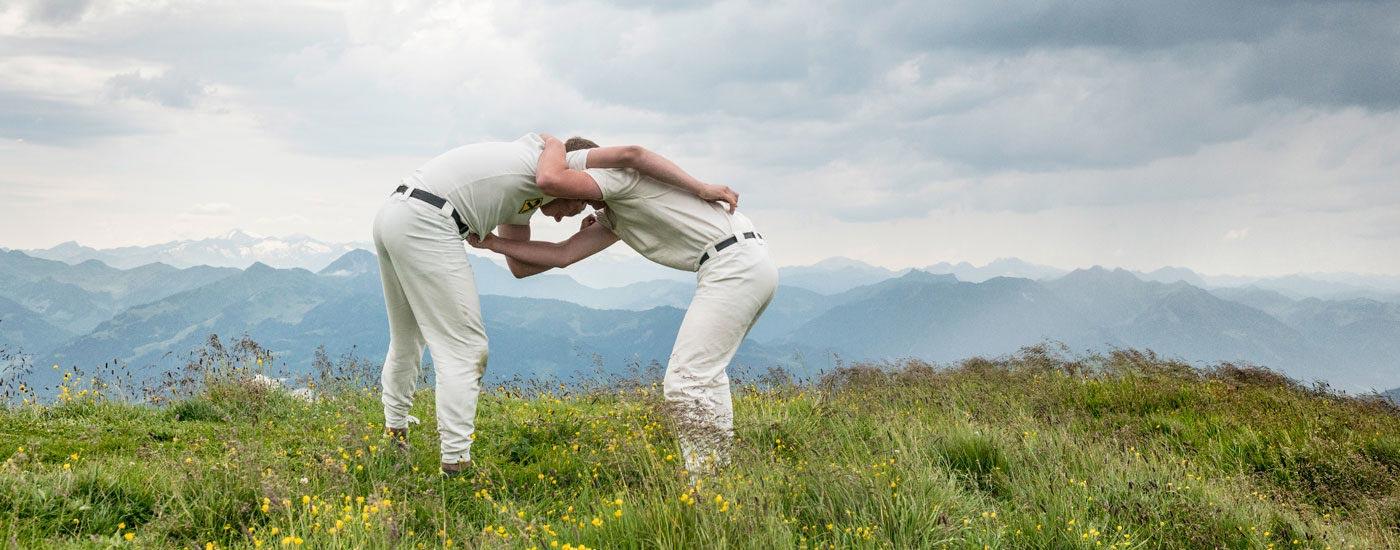 Hundstoa-Ranggeln – Zwei Männer ranggeln miteinander