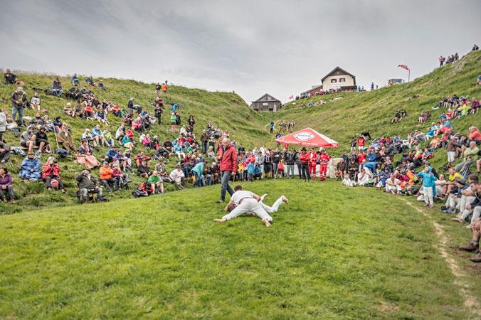 Hundstoa-Ranggeln – Die Naturarena im Freien mit zwei Rangglern, Schiedsrichter und Zuschauer