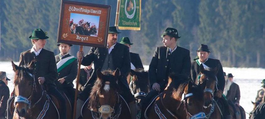 Januarbräuche-Reiterprozession mit festlichen Fahne