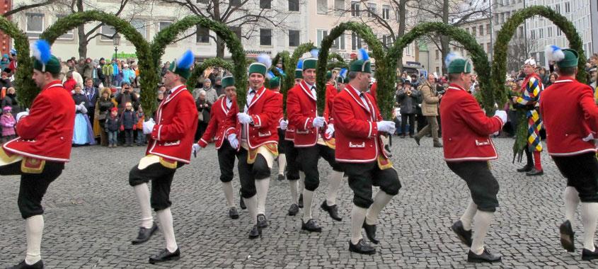 Janaurbräuche - Schäffler tanzen in ihren traditionell roten Trachten