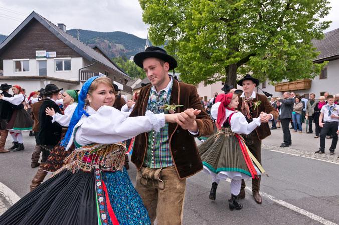 Ein tanzendes Paar in Gailtaler Tracht