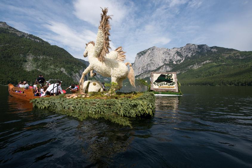 Narzissenfest Bad Aussee –  Bootskorso auf dem Grundlsee vor Bergpanorama