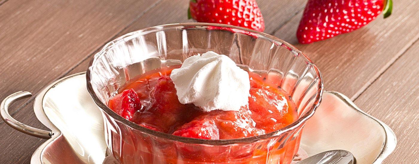 Schälchen mit Erdbeer-Rhabarberkompott und Sahne