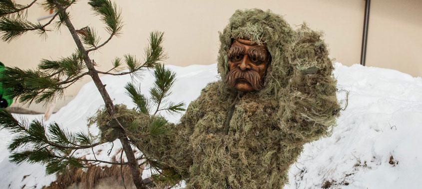 Janaurbräuche - maskierte Person mit wildem Kostüm