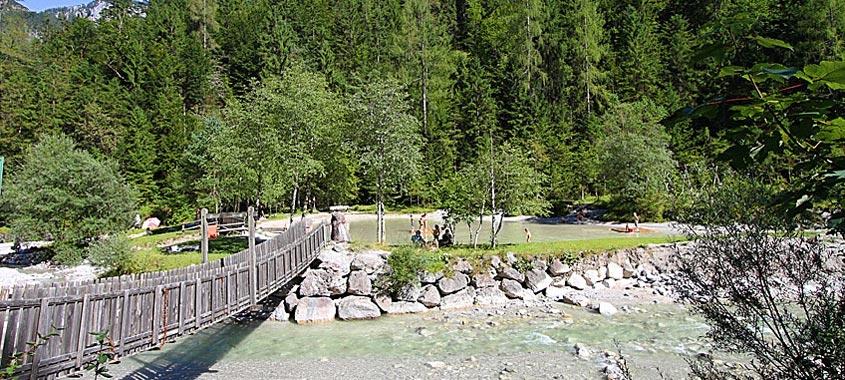 Naturpark mit Wald, Wiese und Fluss