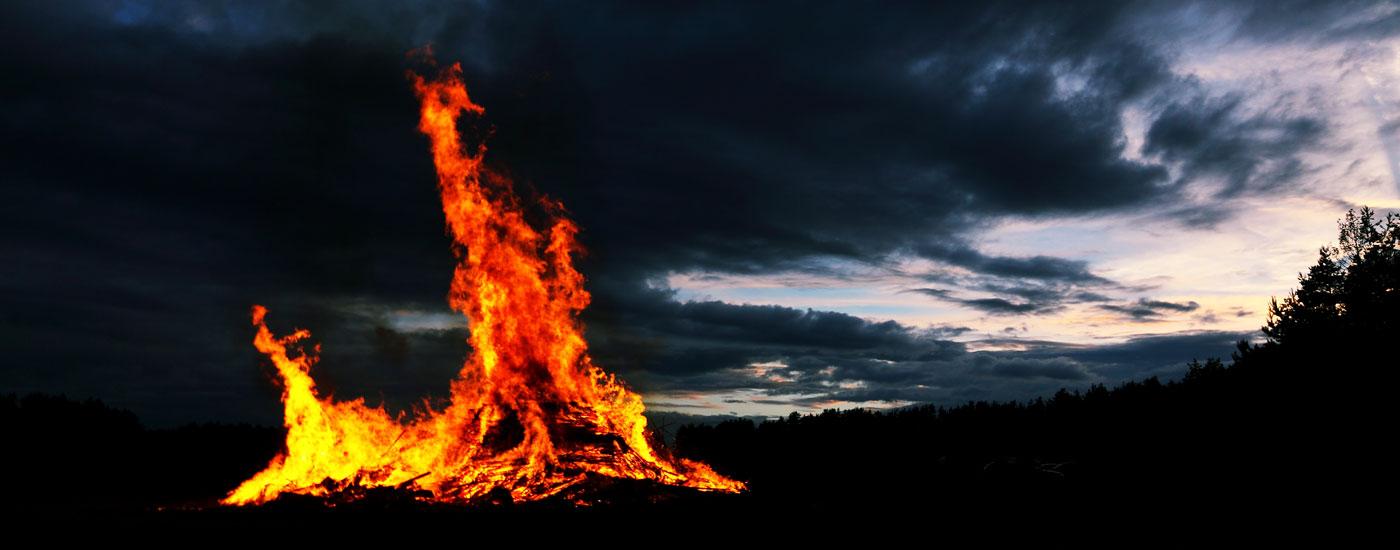 Johannisfeuer - Ein großes Johannisfeuer brennt und erleuchtet den Nachthimmel