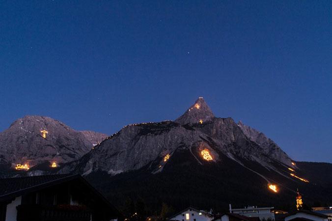Johannisfeuer - Ausblick von Ehrwald auf die Bergfeuer in der Tiroler Zugspitzarena